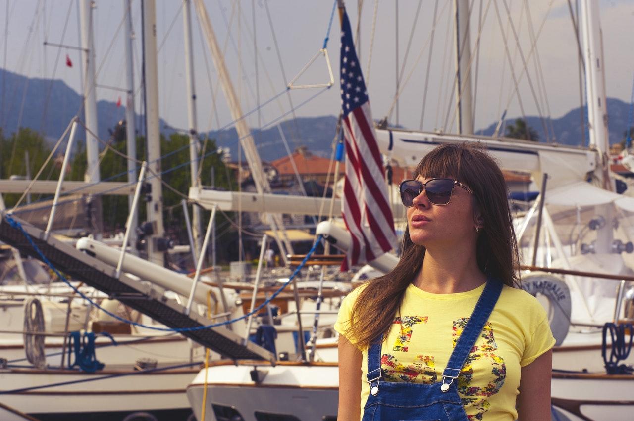 Kvinna vid småbåtshamn