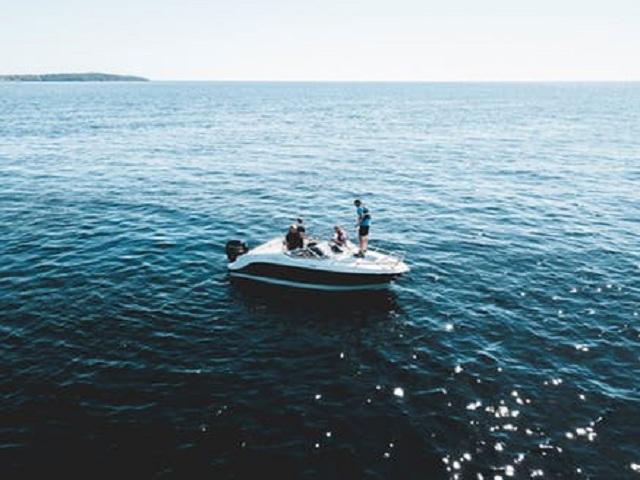 Tre personer i en båt